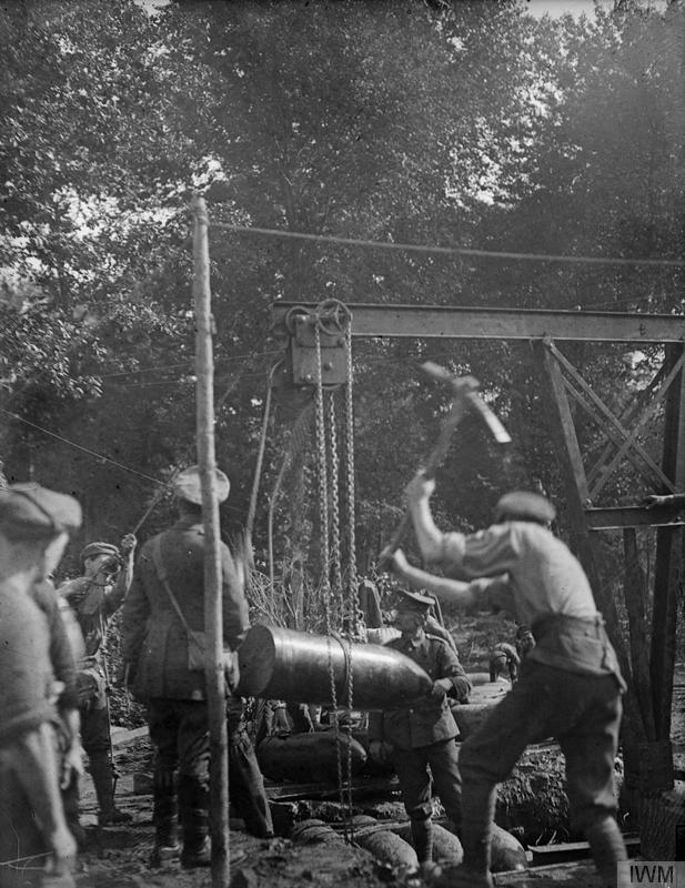 Battle of the Somme. Preparing to load a 15-inch howitzer during the bombardment of Beaumont Hamel,July 1916.© IWM (Q13)