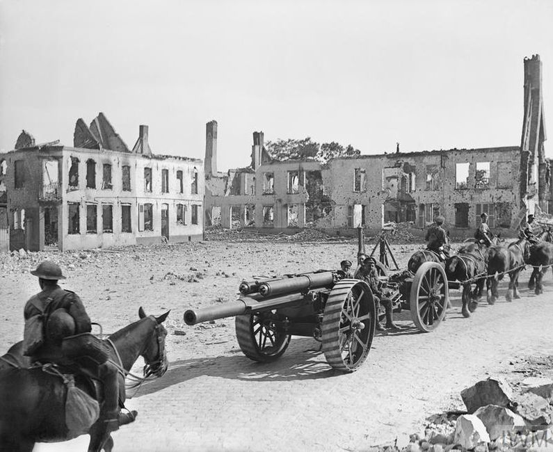 Flanders. Troops of the Royal Garrison Artillery moving 60 pounder guns. 1918. © IWM (Q 6995)
